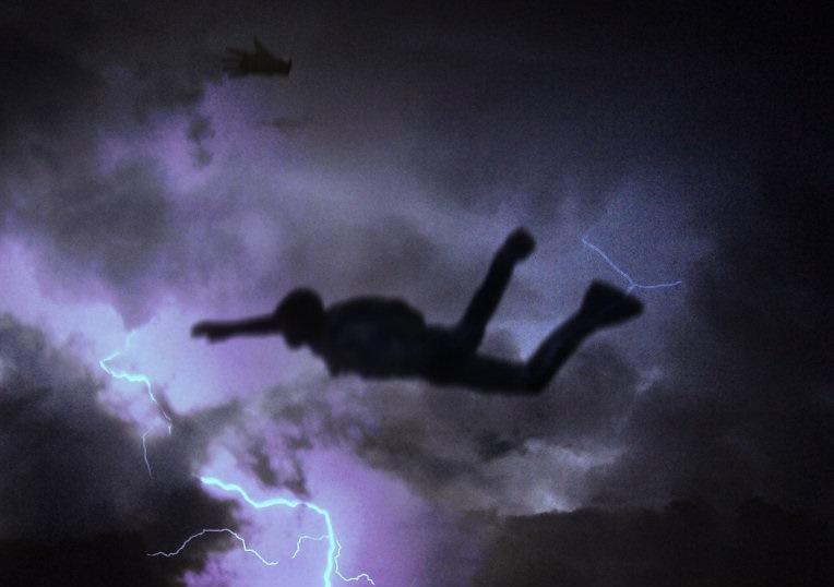 Kritimas pro audros debesis