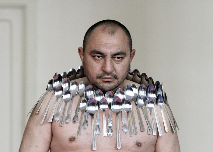 daugiausiai šaukštų ant nuogo kūno, žmogus magnetas