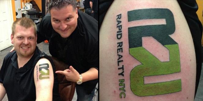 Vienas iš darbuotojų demonstruoja šviežutėlę tatuiruotę